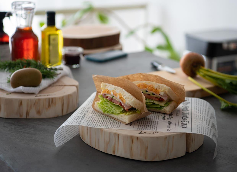 サンドウィッチを乗せた丸太スライス